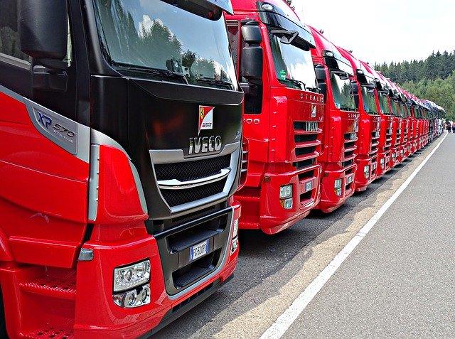 czerwone cieżarówki ustawione w szeregu